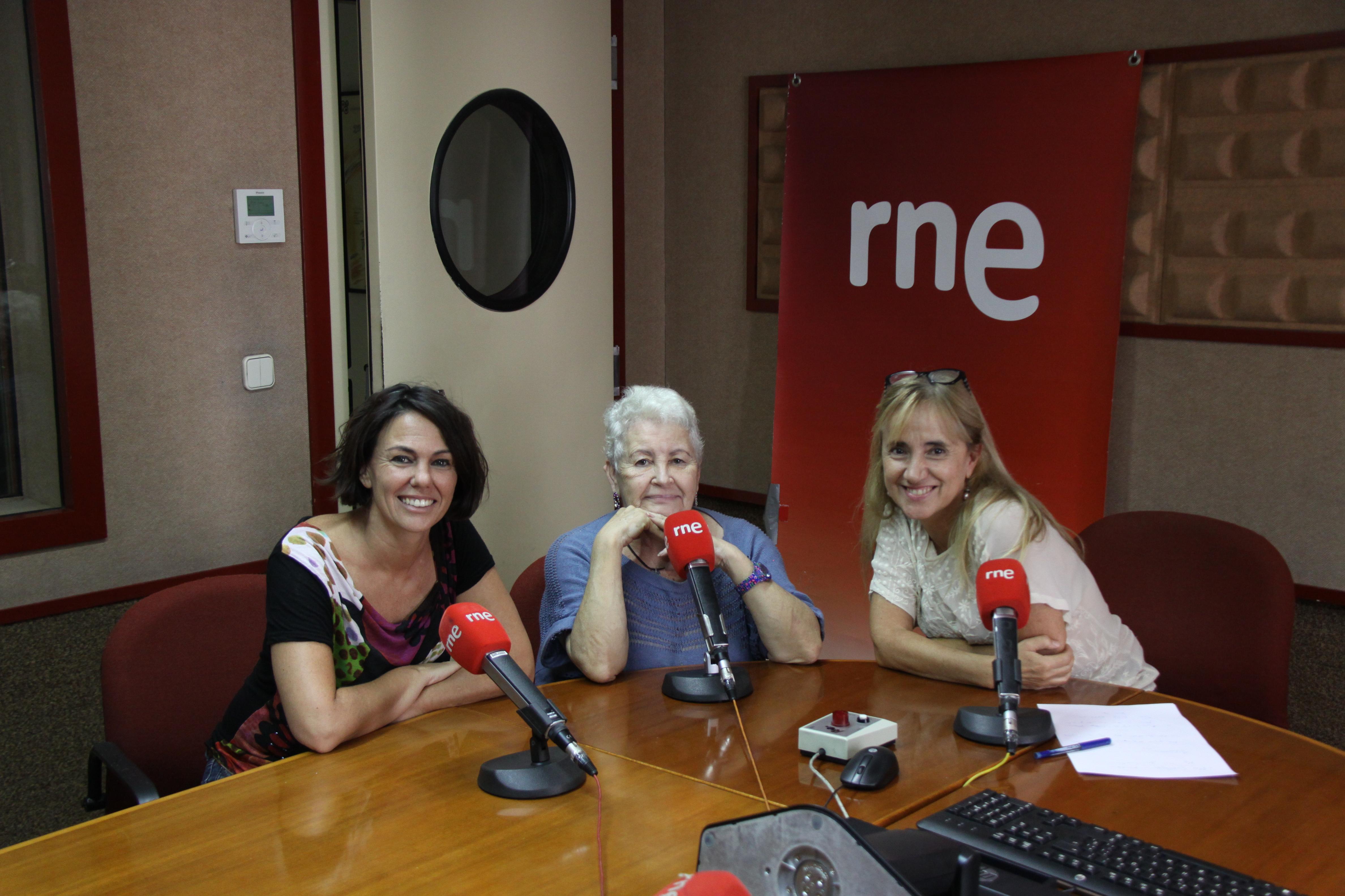 Amparo Azcutia y Flor con Pura Gómez Román.
